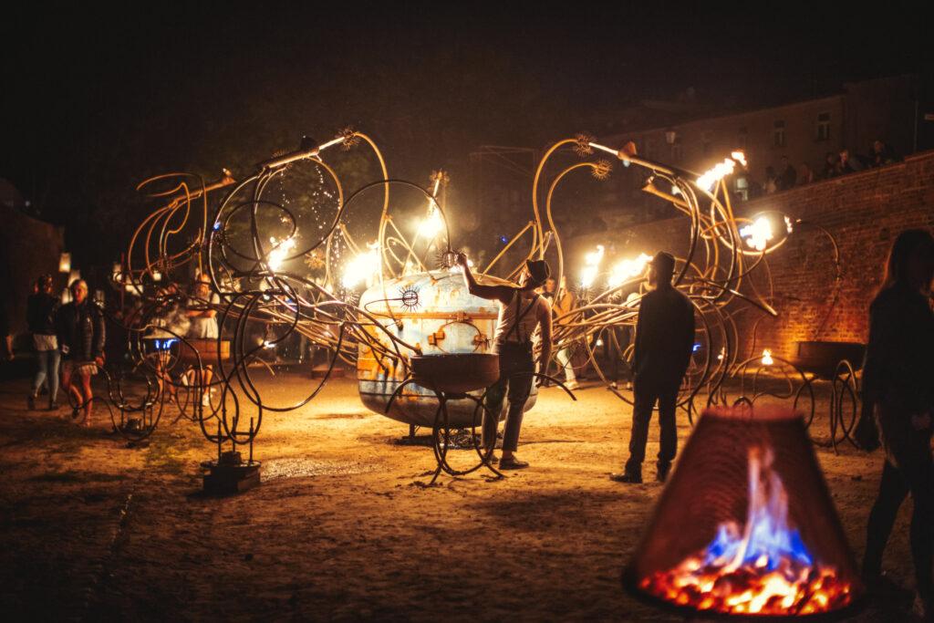 artyści zinstalacją ogniową wfosie staromiejskiej | Bella Skyway Festival