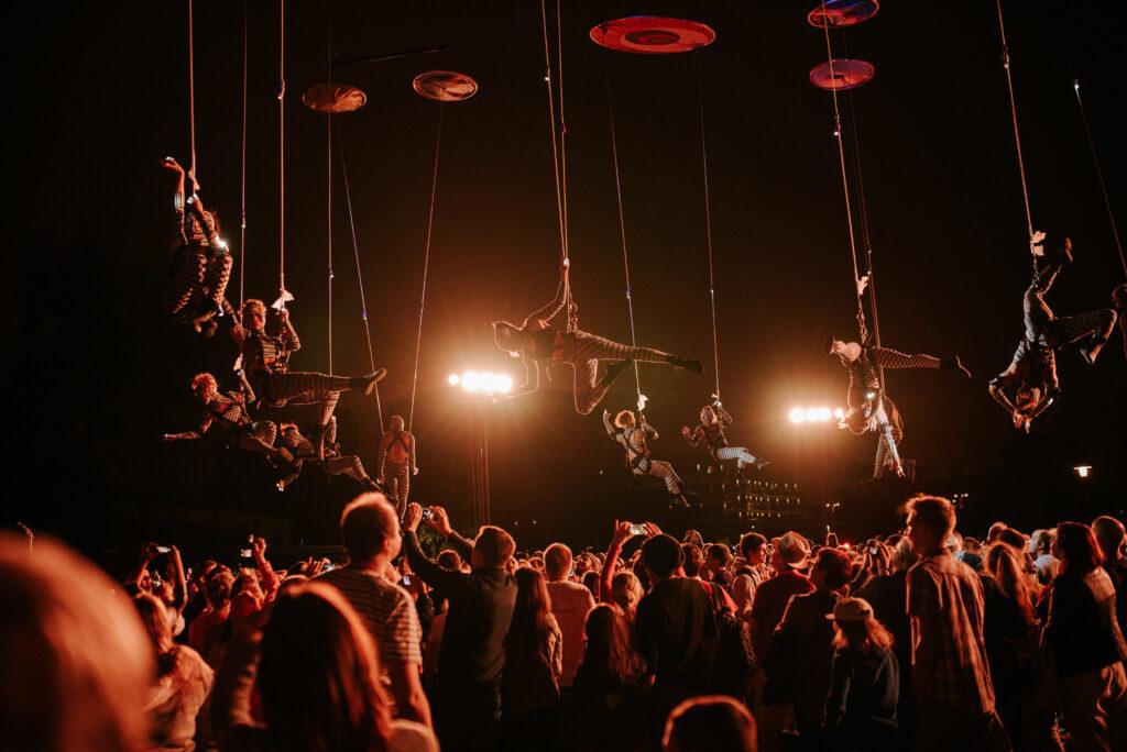 artyści-akrobaci zgrupy Muare Experience | Festiwal Teatrów Ulicznych