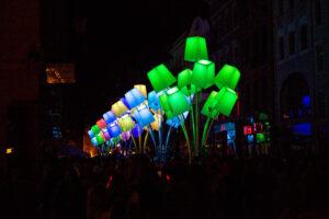 instalacja świetlnych abażurów na ul. Szerokiej | Bella Skyway Festival
