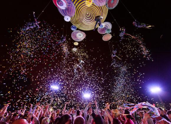 Muaré Experience - artyści unoszący się nad widownią na kolorowej konstrukcji