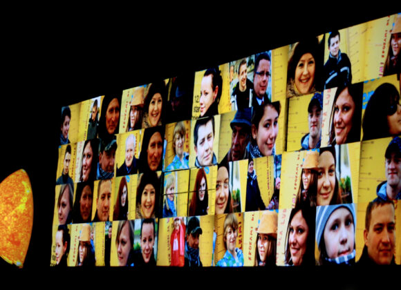"""Spektakl Godzina czterdzieści osiem"""" - ekran przedstawiający kolaż ze zdjęć torunian"""