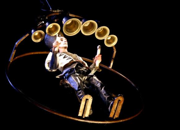 Odwołanie Końca Świata - mężczyzna zawieszony na rusztowaniu wygrywający melodie na dzwonach