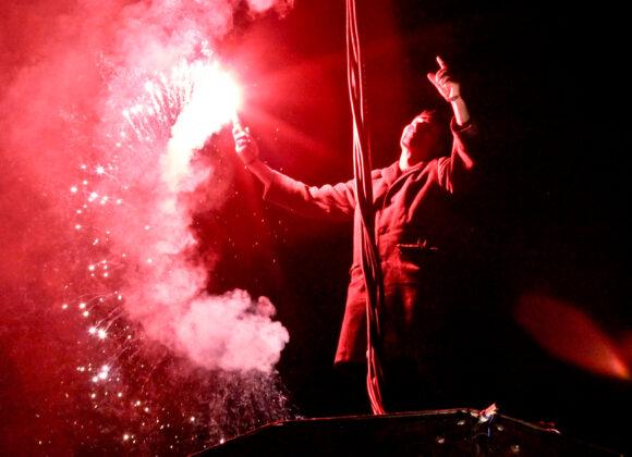 Odwołanie Końca Świata - aktor trzymający czerwoną race