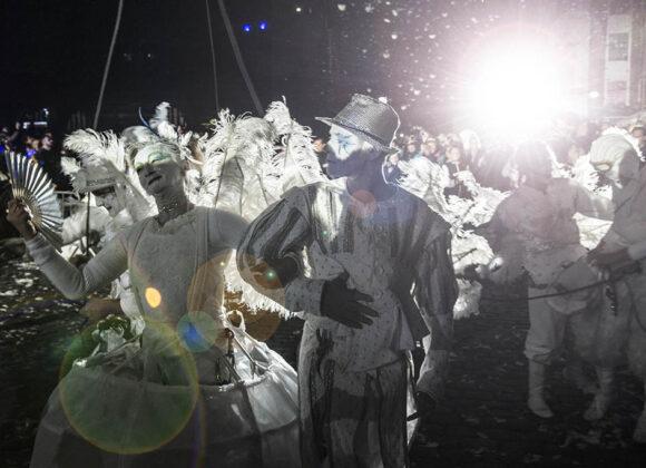 Plac Aniołów - artyści przegbrani za anielice ianioła przechadzająsiępomiędzy ludźmi