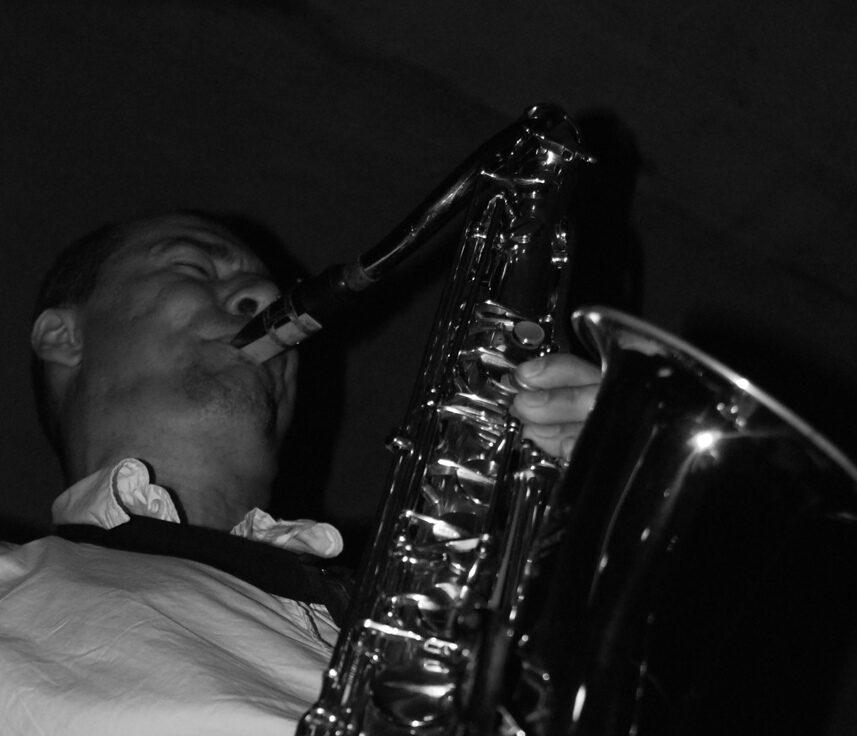 zdjęcie Dariusza Zaleśnego z saksofonem