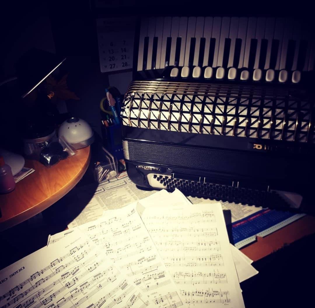 zdjęcie artystyczne nuty i akordeon
