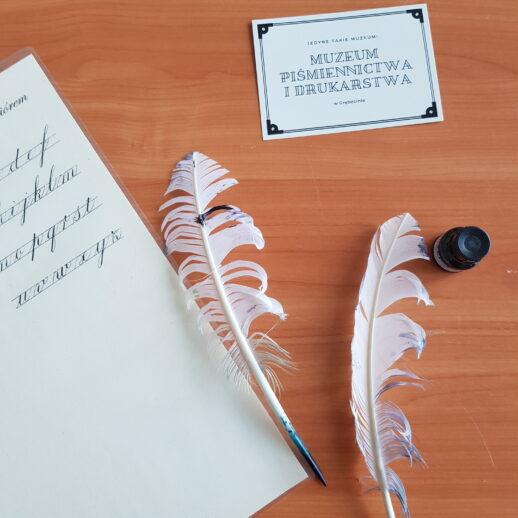 zdjęcie reprezentujące warsztaty kaligrafii Muzeum Piśmiennictwa iDrukarstwa   Superbohaterowie 2021   27.05.-16.06.2021