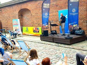 Jazz na leżakach - publiczność siedząca na leżakach ogląda występ Dariusza Zaleśnego