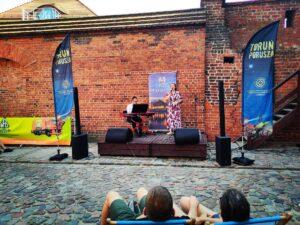 Jazz na leżakach - publiczność siedząca na leżakach ogląda występ Magdy Kugaś iPatryka Czyżewskiego