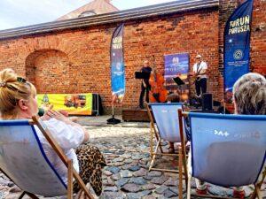 Jazz na leżakach - publiczność siedząca na leżakach ogląda występ SaxBass Duo