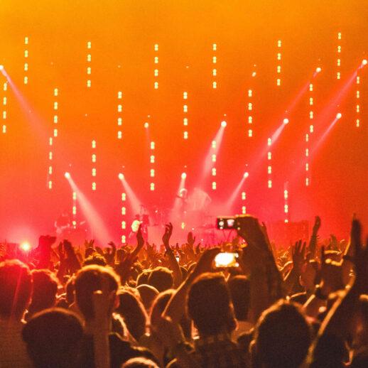 tło plakatowe - tłum na koncercie | 21.06.2021